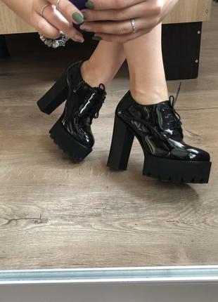 Новые лаковые туфли на каблуке и платформе