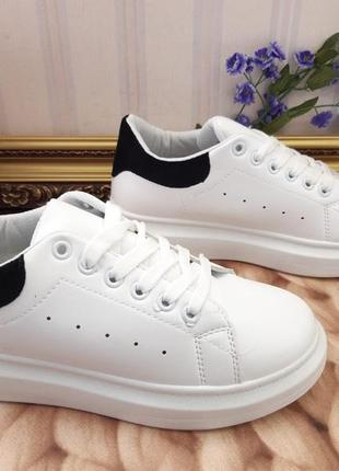Белые кросы с черной пяточкой