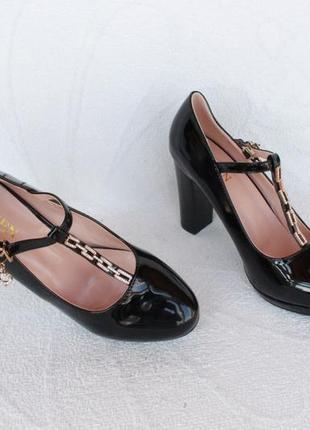 Черные туфли 40 размера на устойчивом каблуке