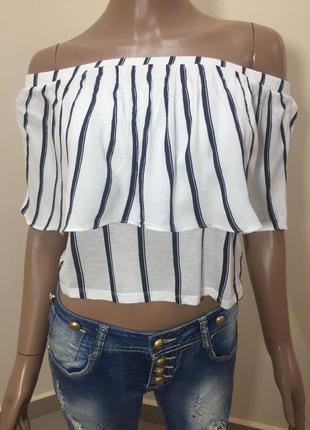 Красивая стильная фирм бренд летняя легкая футболка кроп топ в полоску на плечи