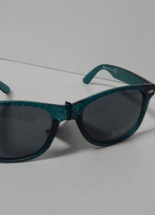 Солнцезащитные очки с оправой в чёрную полоску canda