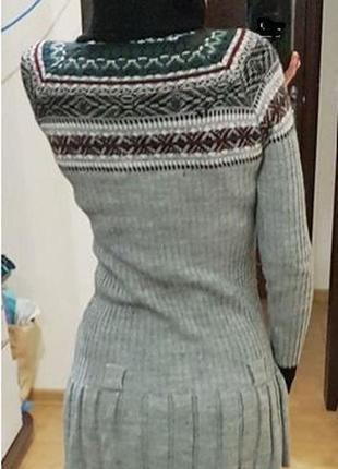 Короткое серое платье-голф с орнаментом