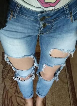 Рванные джинсы бойфренды
