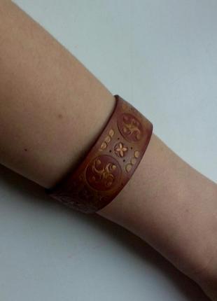 Кожаный браслет с узорами этно