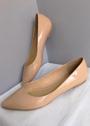 Туфли кожаные лаковые цвета нюд, с зауженным мысом 39/40 размер.