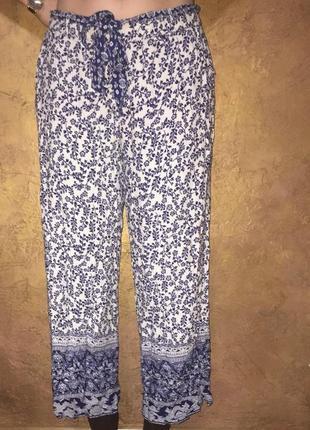Легкие летние брюки из вискозы.цветочный принт,с карманами и тканевым поясом