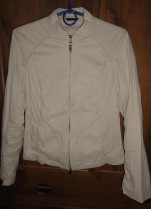 Легкая бежевая куртка