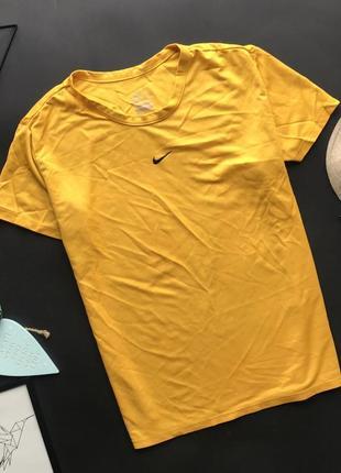 Оригинальная спортивная горчичная футболка nike