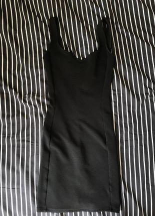 Короткое чёрное платья растягивается обтягивающее