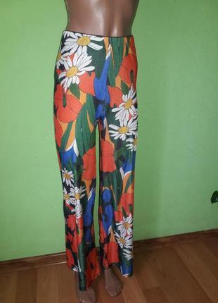 Яркие широкие брюки в рубчик