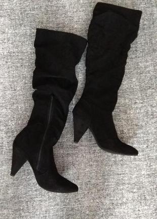 Красивенные черные высокие сапоги на модном каблуке и с остреньким мыском.размер 38/5.