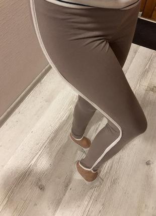 Шикарные приятные к телу лосины штаны с полосками лампасами нюдовые