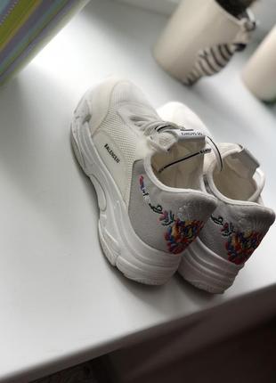 Очень крутые модные летние текстильные молочно белые кроссовки с вышивкой сетка