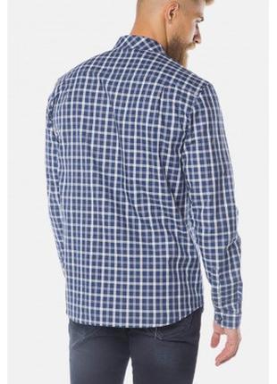 Классическая мужская рубашка в клетку с длинным рукавом.