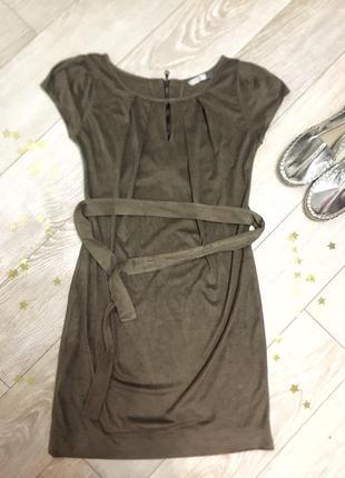 Платье с маленьким вырезом спереди