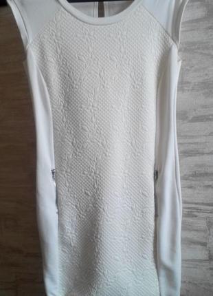 Белое силуэтное платье