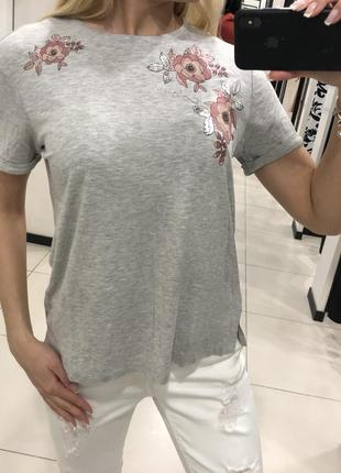 Серая футболка с цветочным принтом. mohito. размер хс.