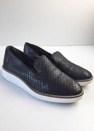 Стильные туфли лоферы на танкетке под змеиную кожу