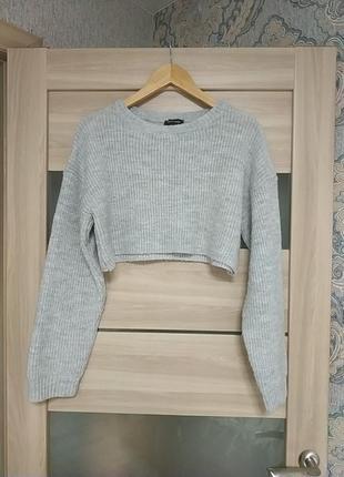 Стильный укороченный серый свитер оверсайз