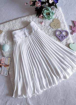Необыкновенно красивая белая юбка миди в плессировку.