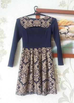 Супер сукня темно-синього кольору з золотистим візерунком