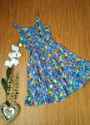Красивое платье в принт.