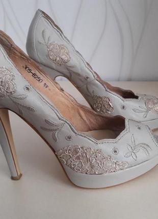 Супер красивые, нарядные туфли с открытым носочком . mallanee.
