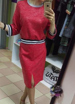 Красный костюм в стиле спорт-шик