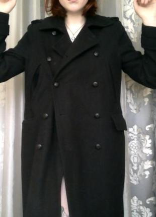 Оригинальное пальто именитого бренда с погонами и золотыми пуговицами на карманах