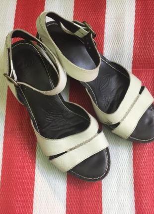 Шикарные актуальные кожаные босоножки clarks на танкетке/кожа