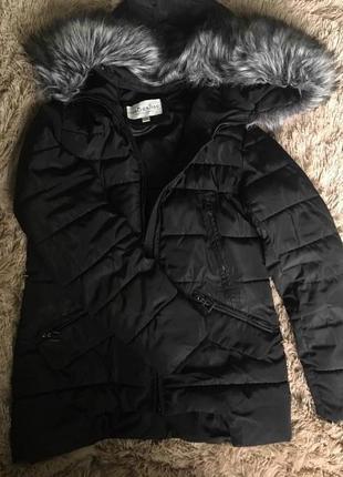 Чорна зимня курточка