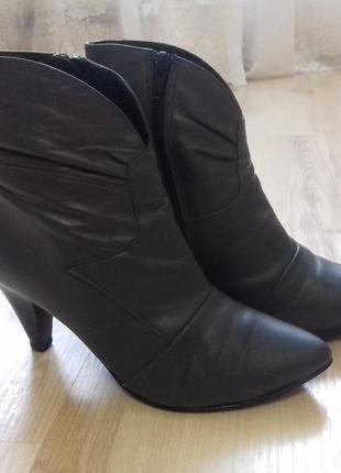 Демисизонные кожаные полусапожки на каблуке