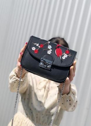 Трендова сумочка кроссбоді на цепочці з вишивкою