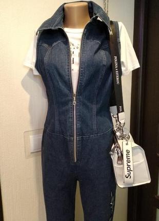Стильный джинсовый комбинезон без рукавов на молнии....клеш