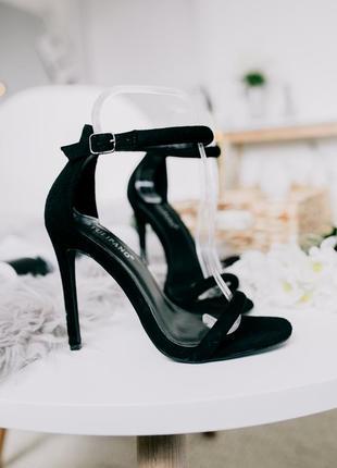 Люксовые черные элегантные замшевые босоножки с тонкими лямками на шпильке