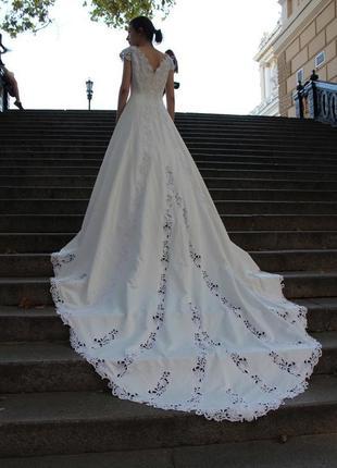 Платье безумной красоты 2метра шлейф полная распродажа вещей все без торга !