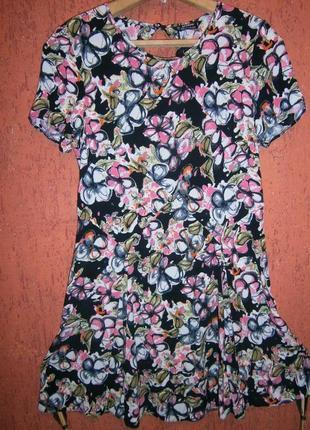 Платье в цветы выскоза летнее в коротким рукавом и вырезом расклешенное