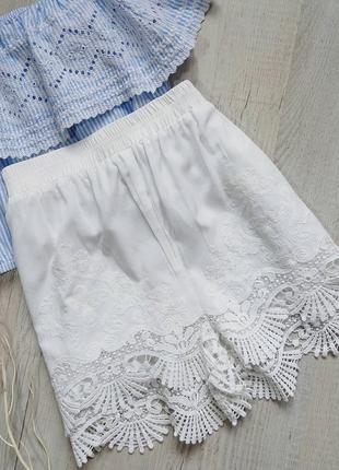 Белоснежные шорты с кружевом