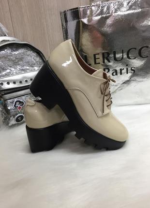Удобные лаковые туфли