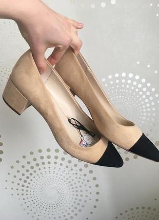 Бежевые классические туфли с чёрным носком zara