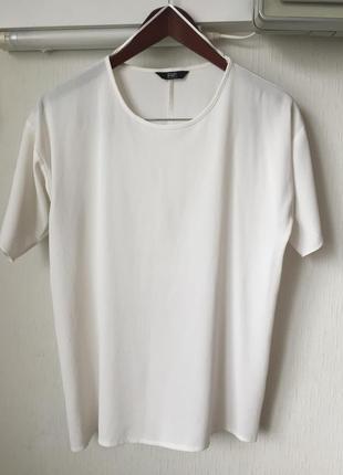 Белоснежная фактурная блуза с разрезом на спинке