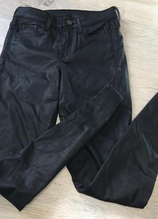 Чёрные джинсы с напилением