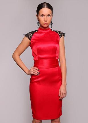 Красное атласное платье с кружевом
