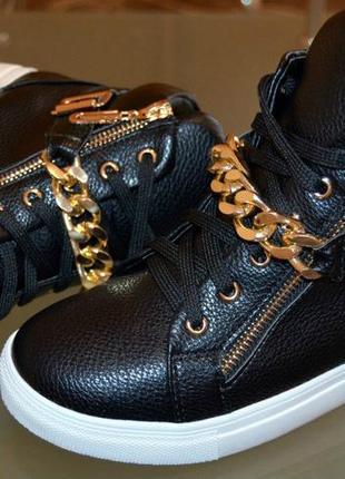 Ботинки демисезон, черные, цепочка. материал: эко кожа. маломерят. 40 р 25,5 см. 41 р 26 см.3
