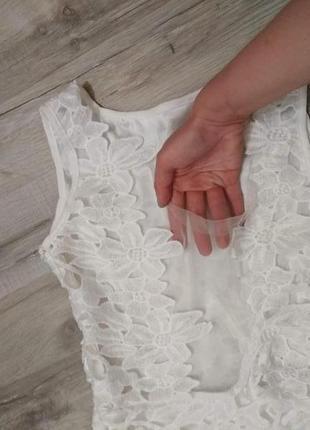 Біла кружевна сукня