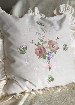 Наволочка квадратная с рюшами и букетом цветов