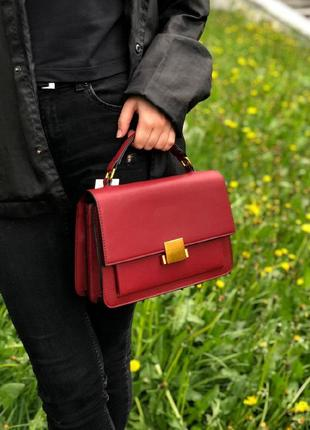 Каркасная бордо сумочка из эко-кожи с короткой ручкой сумка на ремешке