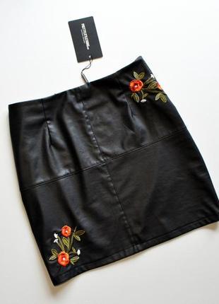Стильная кожаная юбка с вышивкой цветы