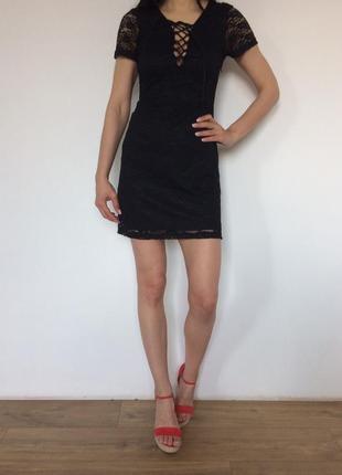 Кружевное платье на шнуровке