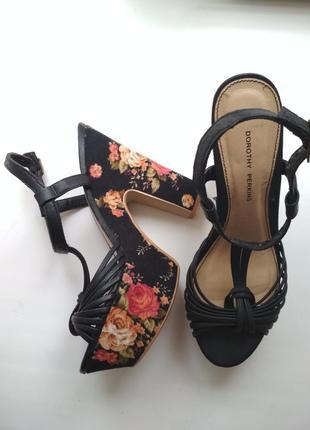 Нереальные босоножки на высоком каблуке в цветочный принт dorothy perkins